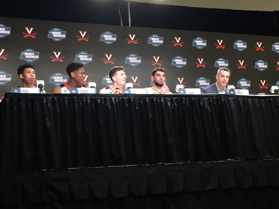 The+players+and+coach+of+Virginia+men%27s+basketball+team+in+a+press+conference+where+Delphi+Bracketology+members+looked+on.