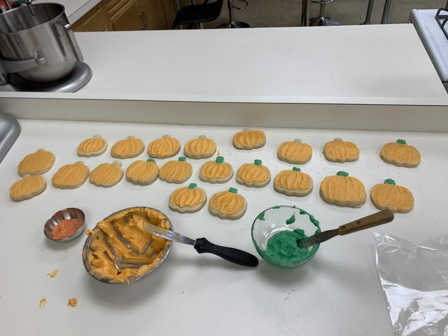 Advanced culinary arts makes cookies for kindergarteners